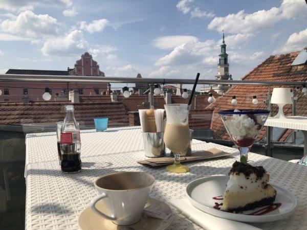 Kawa na dachu z widokiem na Poznań