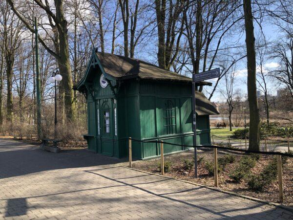 Zabytkowa poczekalnia tramwajowa na poznańskim Sołaczu